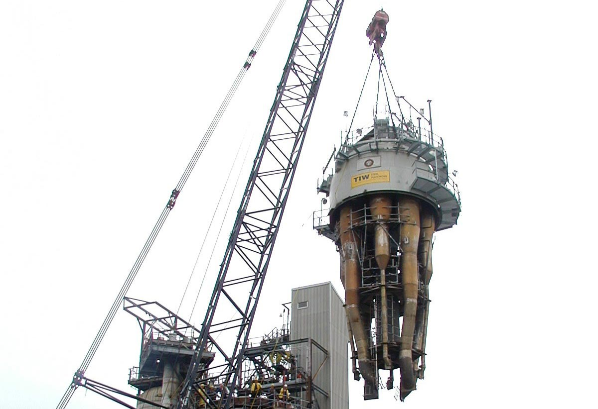 Lift of New Section of FCCU, Reactor Head and Cyclone Assembly